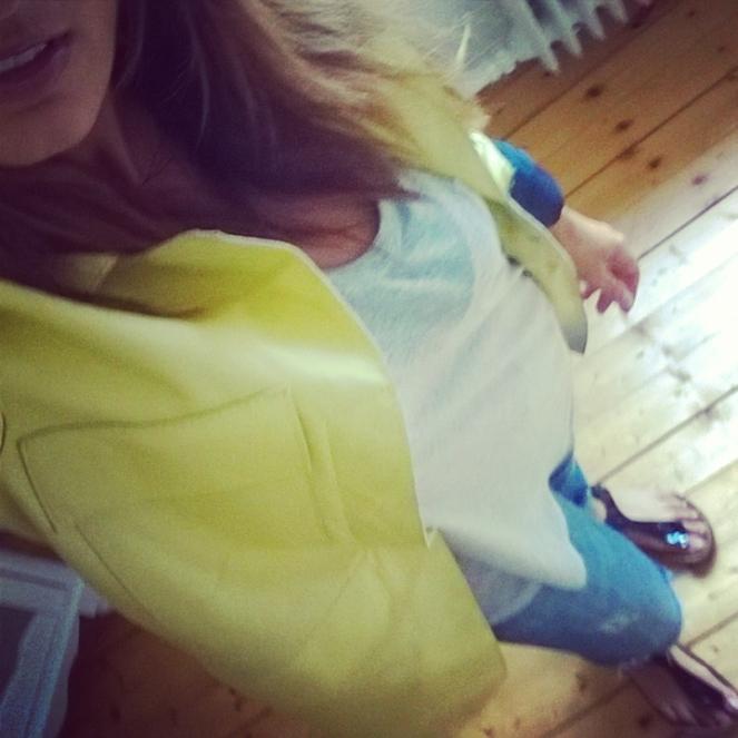 Mantel: ZARA, Shirt: ZARA, Jeans: ZARA, Schuhe: Birkenstock Modell GIZEH über Zalando